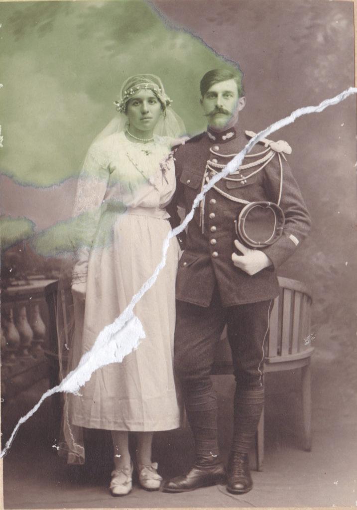 photo ancienne d'un couple de mariés déchirée et tachée avant retouche numérique