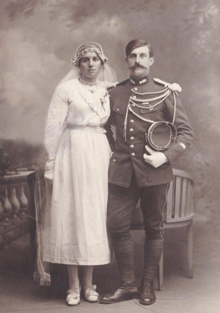 photo ancienne d'un couple de mariés après retouche numérique